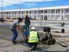 Auxiliares trabalham na construção de edifícios e estruturas